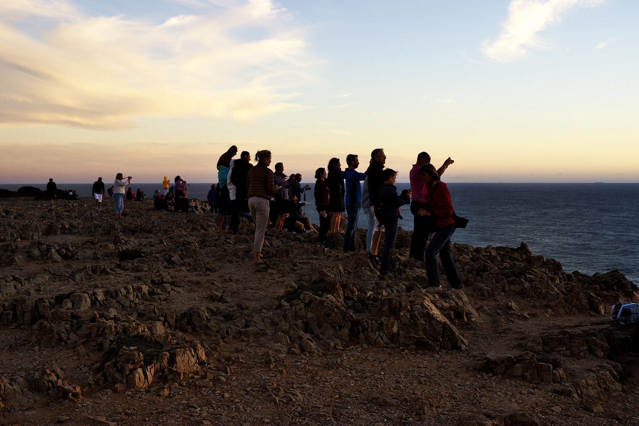 Při sledování těch fotografů (kteří používají od zrcadovek až po tablety) je legrační sledovat, jak se všichni okamžitě rozprchnou, jakmile poslední kousek slunečního kotouče zmizí pod obzorem. Přitom to, co se na Cabo de Sao Vicente odehrává po západu slunce, je nezřídka mnohem hezčí. To ostatně platí pro většinu západů slunce - samotným zapadnutím slunce skutečná podívaná teprve začíná. Tady navíc můžete počkat až skutečně do tmy, kdy se objeví hvězdy a spustí maják, jehož paprsek pročesává krajinu...to jsou nepopsatelné a nevyfotografovatelné zážitky, kvůli kterým se sem stojí za to vracet.
