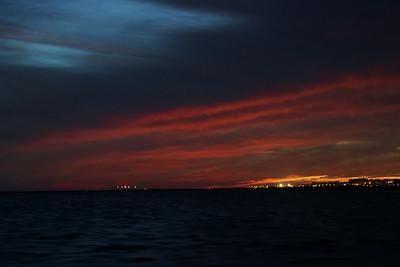 """Jak jsme se blížili k Olhau, tak se barvy vracely do """"normálu"""" a intenzita mraků slábla. V tuhle chvíli to už očima takhle vidět nebylo - z červené byl jen slabý náznak a všude kolem byla prakticky úplná tma, ne šero, jak to působí z fotky."""