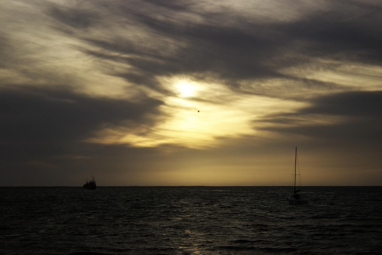 Zapadající slunce, vykukující skrz částečnou oblačnost, chystá nejrůznější kýčovité výjevy