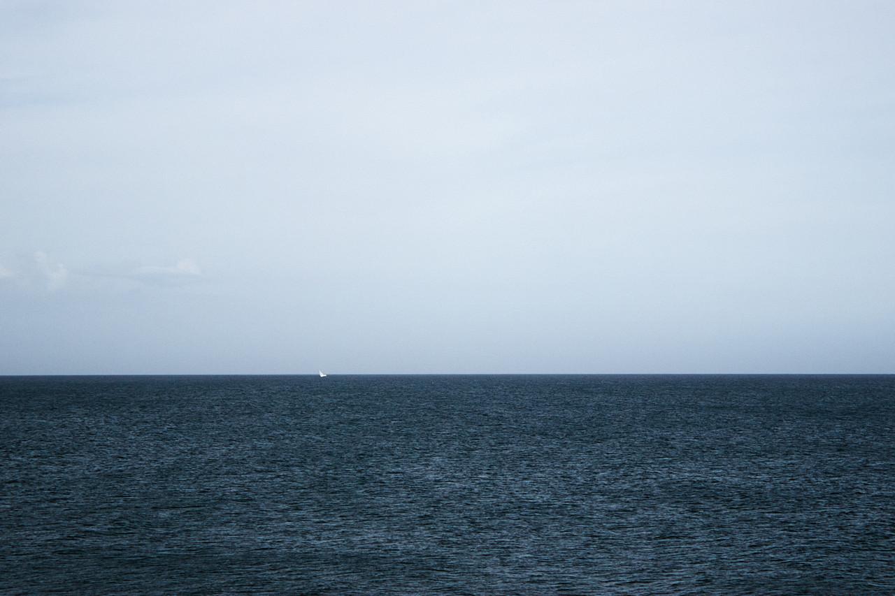 Tuhle fotku jsem původně fotil jen jako takový minimalismus. Až při jejím zpracovávání jsem si všiml toho, jak se ta loď povážlivě naklání. Foukalo poměrně hodně, ano...