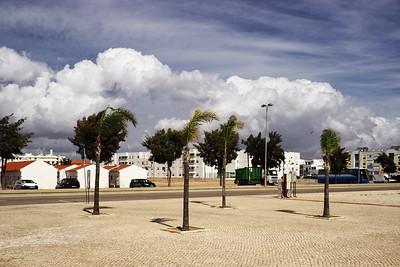Úžasné portugalské mraky z nábřeží v Olhao