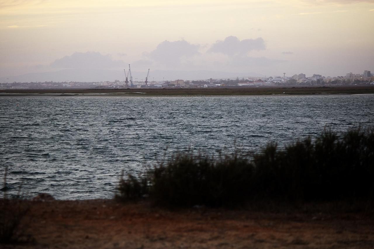 Ještě jednou pohled na Faro přes Rio Formosa. Ty jeřáby jsme taky vloni fotili z ostrova Ilha de Faro.