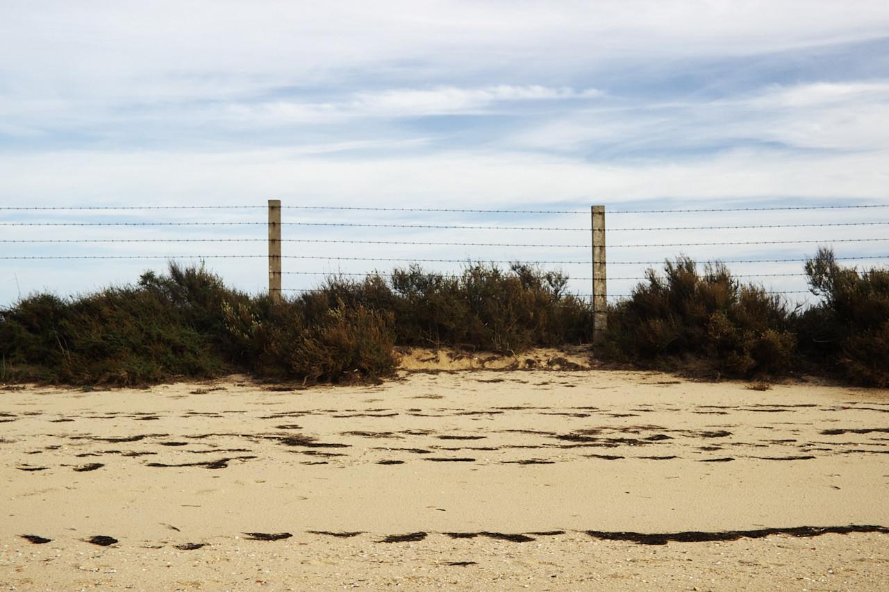 Nemalá část pláže je tu lemována ostnatým drátem, protože za války tu byla jakási základna pro hydroplány (odtud také název té osady - Hangares)