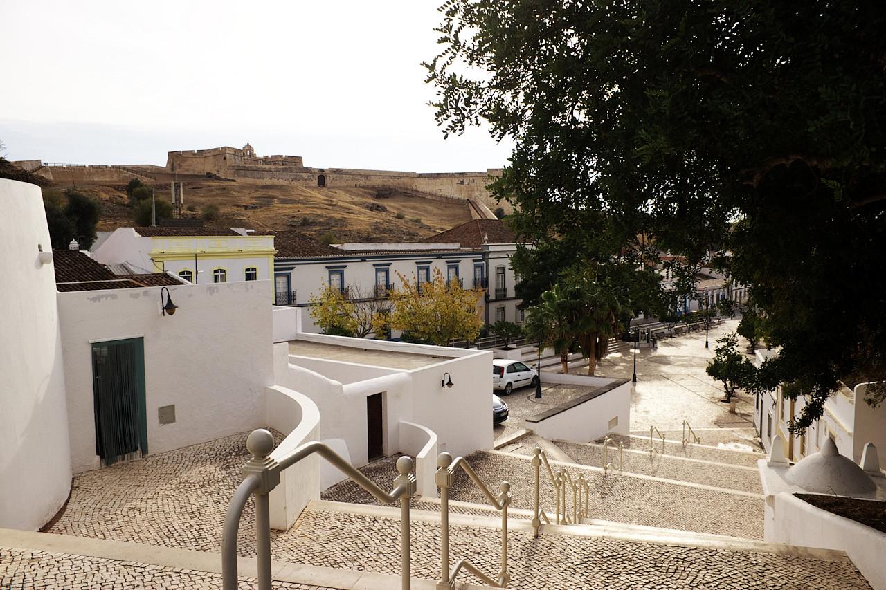 O pár kilometrů severně od Vila Real de Santo Antonio je historické městečko Castro Marim, ve kterém se nachází hrad (pod kterým právě stojíme) a ještě stará pevnost (na kterou právě koukáme)