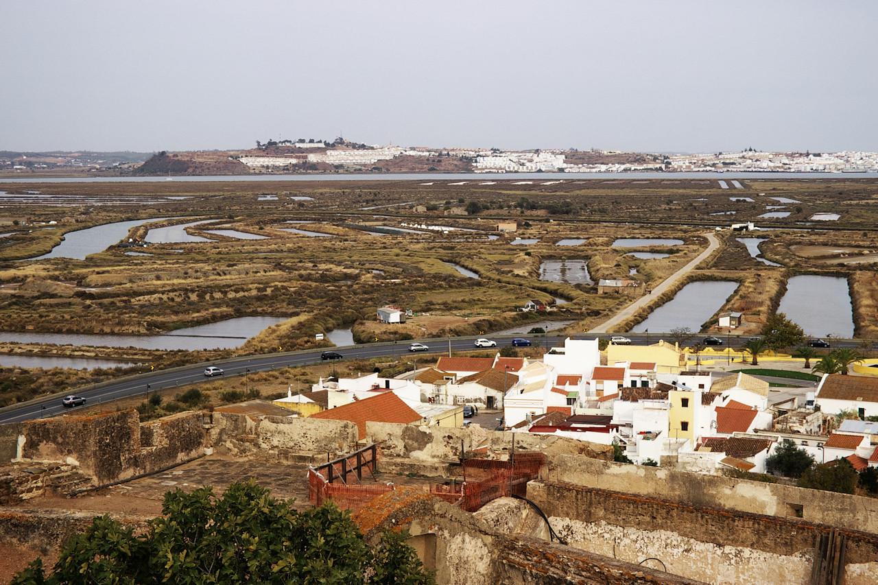 Mokřady a solné pláně kolem Castro Marim. V pozadí za řekou španělské městečko Ayamonte.