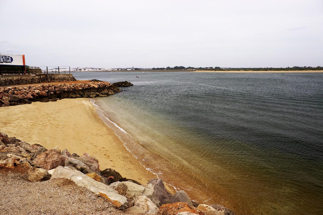 Nejvýchodnější cíp Portugalska - město Vila Real de Santo Antonio a řeka Rio Guadiana. Řekou probíhá hranice mezi Portugalskem a Španělskem, takže na vzdálenějším břehu už je Španělsko. Městečko vzadu je Ayamonte.