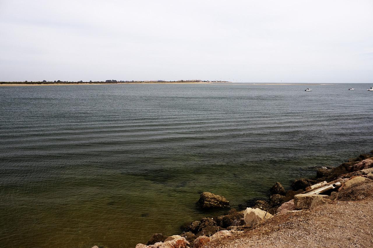 Pohled přes řeku na španělskou pláž Isla Canela