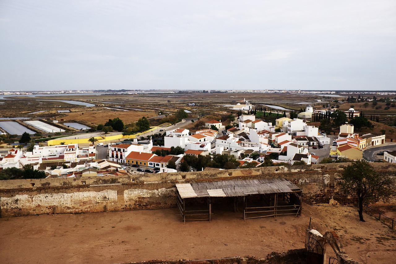 Městečko Castro Marim. V pozadí je vidět Vila Real de Santo Antonio a nalevo hraniční řeka a Španělsko.
