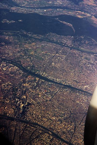 Obědváme nad Paříží. Vlevo mírně dole je hezky vidět La Defense.