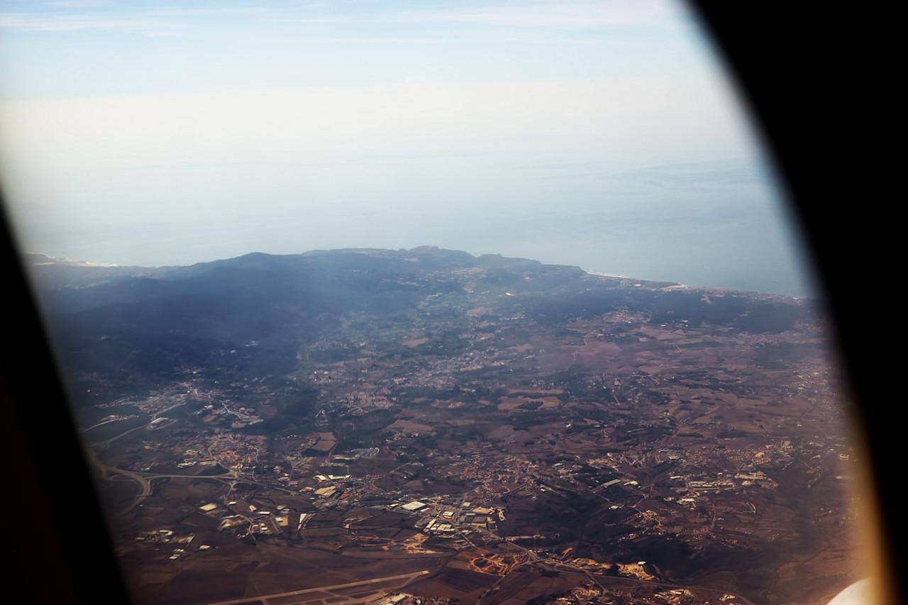 Tady už to známe. Vlevo mírně dole je Sintra. Mírně vpravo nahoru by na pobřeží byl vidět mys Cabo da Roca. Mimochodem, úplně vlevo je trochu vidět větší písečná pláž - v jejím okolí se natáčely portugalské záběry pro Chobotnice z druhého patra.