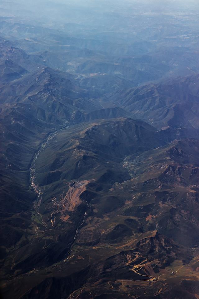 Ve výrazném údolí vlevo jsou města Cerredo a Degaňa