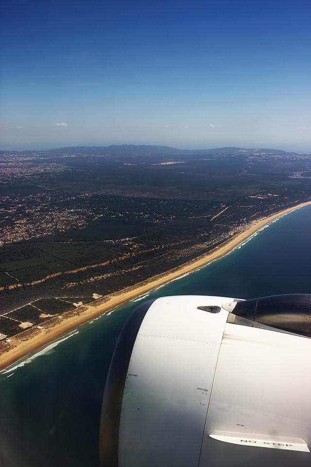 Točíme na finále a díváme se teď na jih, na dlouhou pláž jižně od Lisabonu na protějším břehu ústí řeky Tejo.