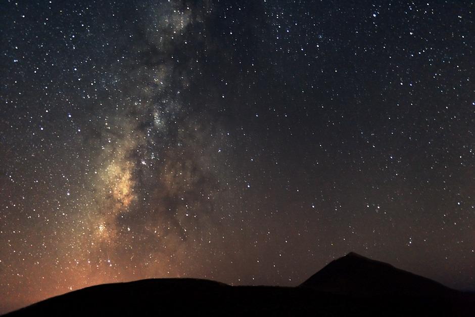 Střed Mléčné dráhy ve Střelci nad Teide. Fotografováno ve výšce zhruba 2300 metrů nad mořem z vyhlídky Corral del Niňo pod observatoří Izaňa. I tady je bohužel stále u obzoru vidět světelné znečištění, ale přesto je tu obloha naprosto nesrovnatelná s čímkoliv, co jsem viděl v Evropě.