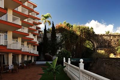 Pohled od hotelové restaurace. Za tím kamenným obloukem se nachází zeď ještěrek ;)