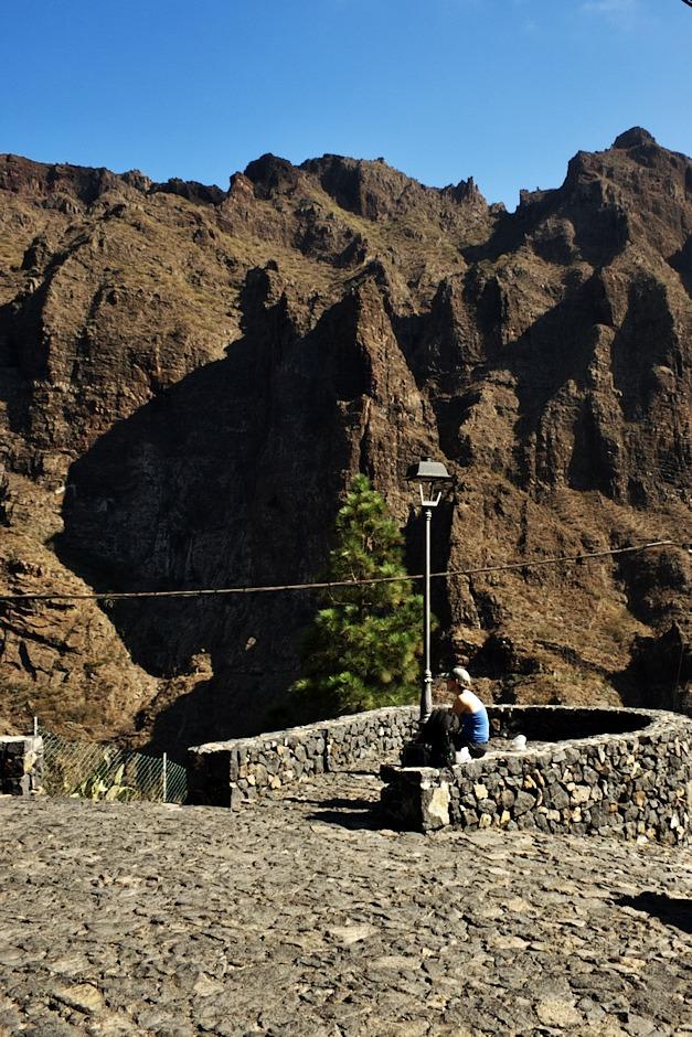 Trofo na vyhlídce u ostrohu v Masce. Očekávali jsme zástupy turistů, protože je to jedno z nejfrekventovanějších míst na Tenerife, ale nakonec se nám vyplatilo to, že jsme si mohli plánovat cesty podle sebe - v Masce jsme se tak ocitli v době, kdy už většina turistů byla pryč, ať už u jiných atrakcí nebo na cestě roklí k pobřeží, takže jsme tu byli většinu času úplně sami.