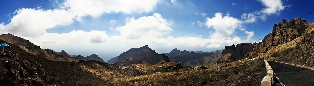 Panoráma z hřebenu nad Mascou ve výšce 1060 metrů nad mořem směrem k Masce a pobřeží. Tedy vlastně útesy Los Gigantes z druhé strany, z pevniny.