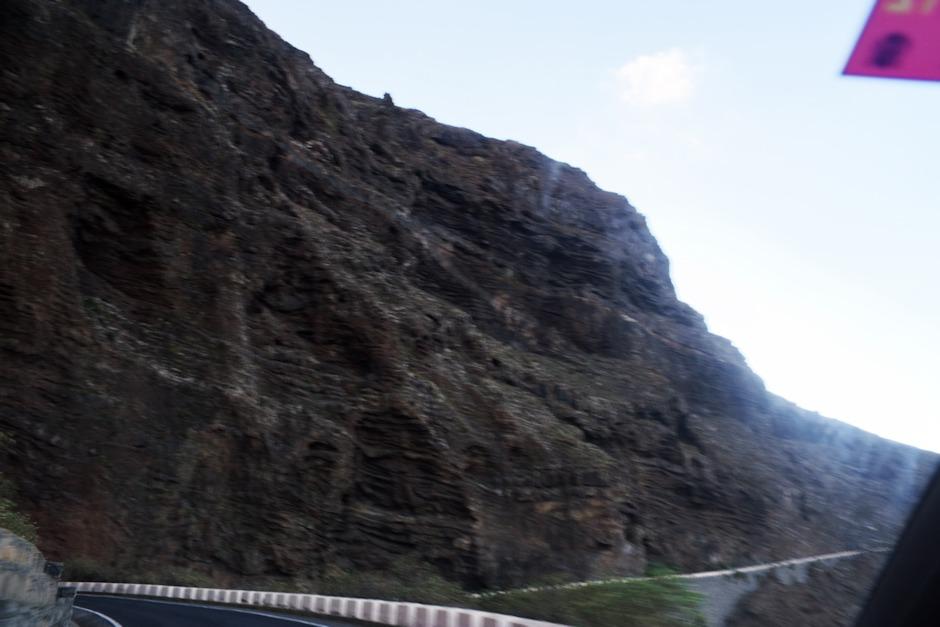 """Takto vypadá """"zakázaná"""" cesta do Punta de Teno. Respektive tady není vidět to, že útesy na řadě míst tvoří nad silnicí spíše převisy. A taky tu není vidět kamení, napadané na kraji cesty..."""