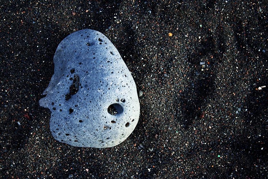 Takhle vypadá většina pláží na Tenerife - různě hrubý černý písek a v něm větší vyvřeliny, omleté vodou.