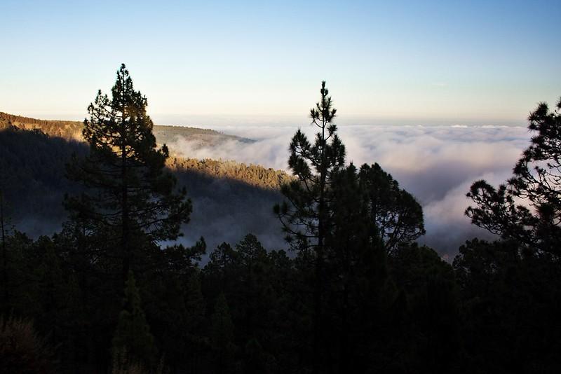 Oblačné nebe nad jižním pobřežím z výšky zhruba 1800 metrů