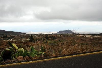 Pohled zpátky na jižní pobřeží a Granadillu de Abona. V pozadí Montaňa Gorda (645m) a za ní vykukuje stará známá Montaňa Roja a letiště Tenerife Sur.