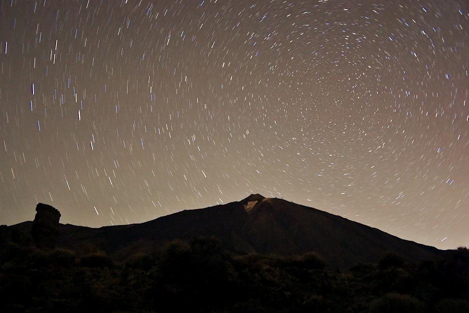 Los Roques a Pico del Teide. Hezky je tu vidět severní nebeský pól - všimněte si, jak je na obloze nízko, protože se nacházíme téměr na obratníku Raka.
