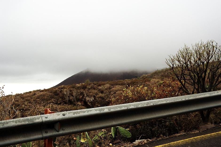 Opět stoupáme do mraků a směrem k parku Teide, tentokrát z jižního pobřeží. Nacházíme se ve výšce zhruba 1100 metrů mezi městy Grandillo de Abona a Vilaflor.