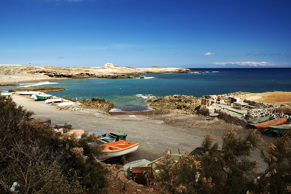 Okolí pláže u Sanatorio de Abona. V pozadí ostrov Gran Canaria.