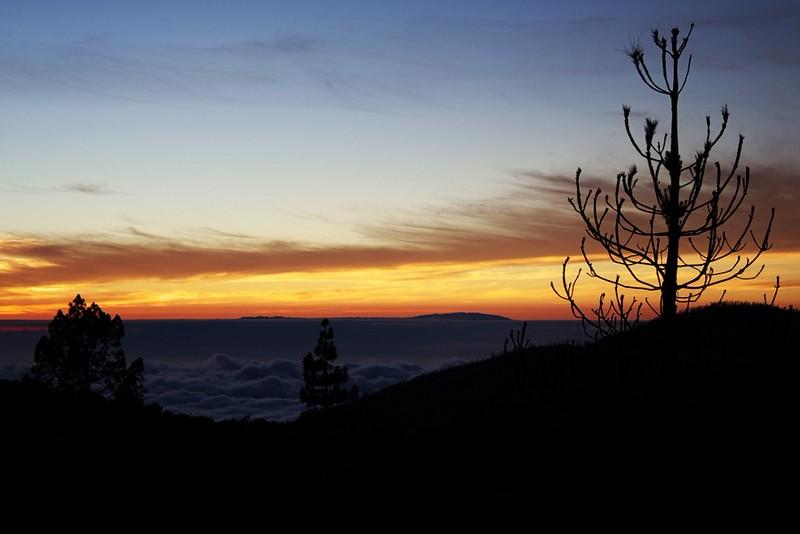 Uprostřed z mraků vyčnívá ostrov La Palma