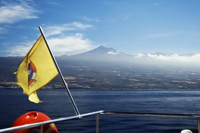 Na téhle fotografii poměrně dobře vyniká to, jak Teide ve skutečnosti ční nad úroveň samotné kaldery, což z ostatních fotografií není tak docela zřejmé. Pohled na ni je prakticky odevšad skutečně poměrně monumentální.