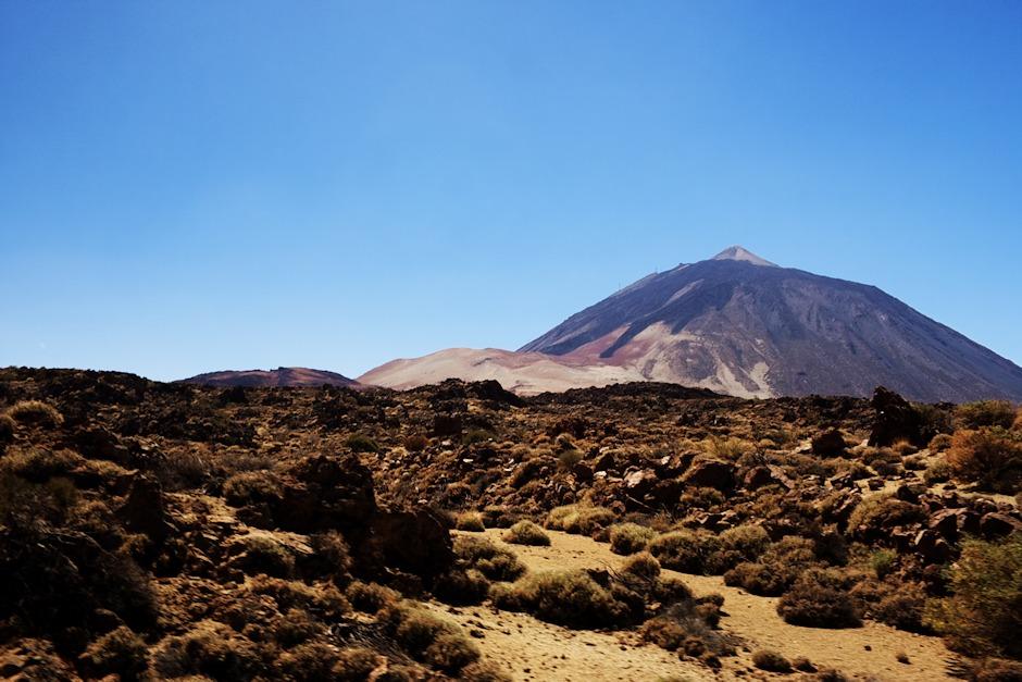 Teide a pod ní světlá Montaňa Blanca už z národního parku z výšky zhruba 2100 metrů