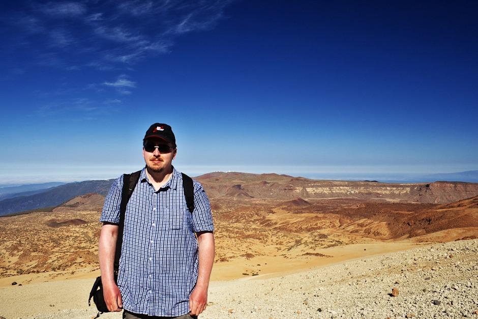 Bylo mi řečeno, že se přece musím vyfotit s observatoří Izaňa, když jsem ten skoroastronom. Tak mi nic jiného nezbylo. Kdybyste Izaňu marně hledali, tak se nachází na hřebenu uprostřed fotky v podobě asi deseti bílých pixelů. Prostě jako když někoho s něčím hodně vzdáleným vyfotíte na nejširší ohnisko ;)