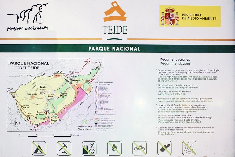 Mapka parku Teide, na které je mimo jiné vidět jeho rozdělení na různé zóny. V některých se nesmí za žádných okolností sejít ze stezky, v některých to možné je, ale nedoporučuje se to. Každopádně na park dohlíží velmi bdělí strážci. Někdy jsou například usazeni právě na vrcholku Montaňy Blanca a dohlížejí odsud na turisty, stoupající po úbočí Teide k chatě Altavista.
