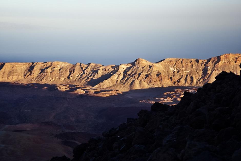 Kaldera v zapadajícím slunci