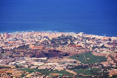 Puerto de la Cruz v detailu. Opět poměrně výrazný hotel Las Aguilas na pahorku vlevo. Na pobřeží nad ním je vidět majík, ke kterému jsme se podívali poslední den před odjezdem. Náš hotel je vidět u pravého kraje víceméně uprostřed (má podobu obráceného písmene L, natočeného o 45 stupňů, a napravo od něj je hnědá pláň). Omlouvám se za mizernou kvalitu, bohužel můj teleobjektiv už má evidentně své nejlepší časy za sebou...