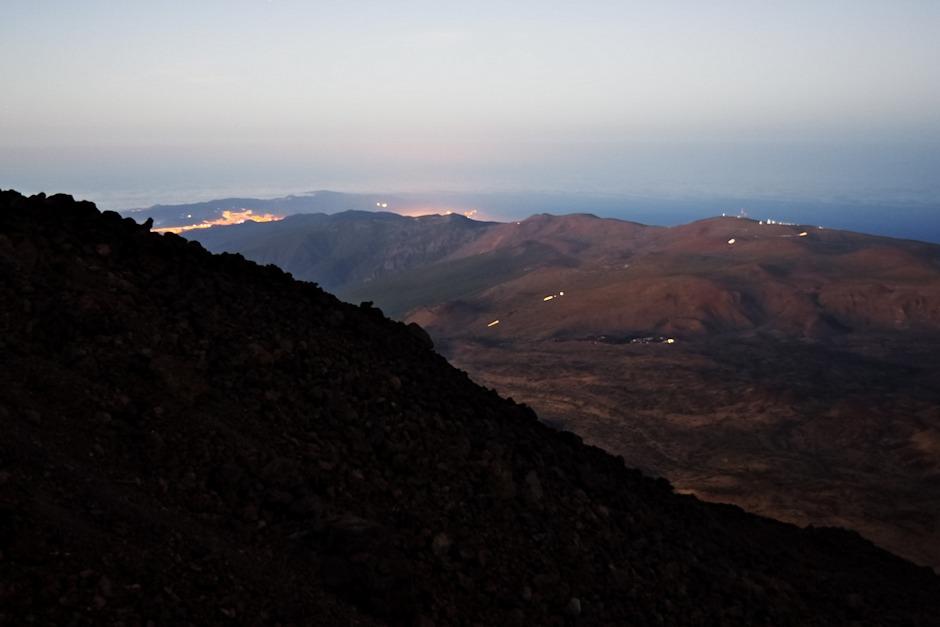 Pohled pro změnu na severní pobřeží. Vpravo na hřebeni svítí observatoř Izaňa, největší záře za hřebenem uprostřed je z hlavního města Santa Cruz.