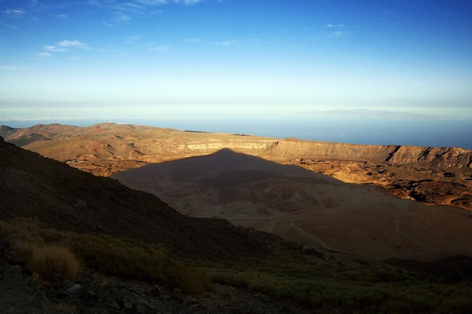 Stoupáme dál a stín Teide je stále delší. Už dosahuje skoro na okraj kaldery.