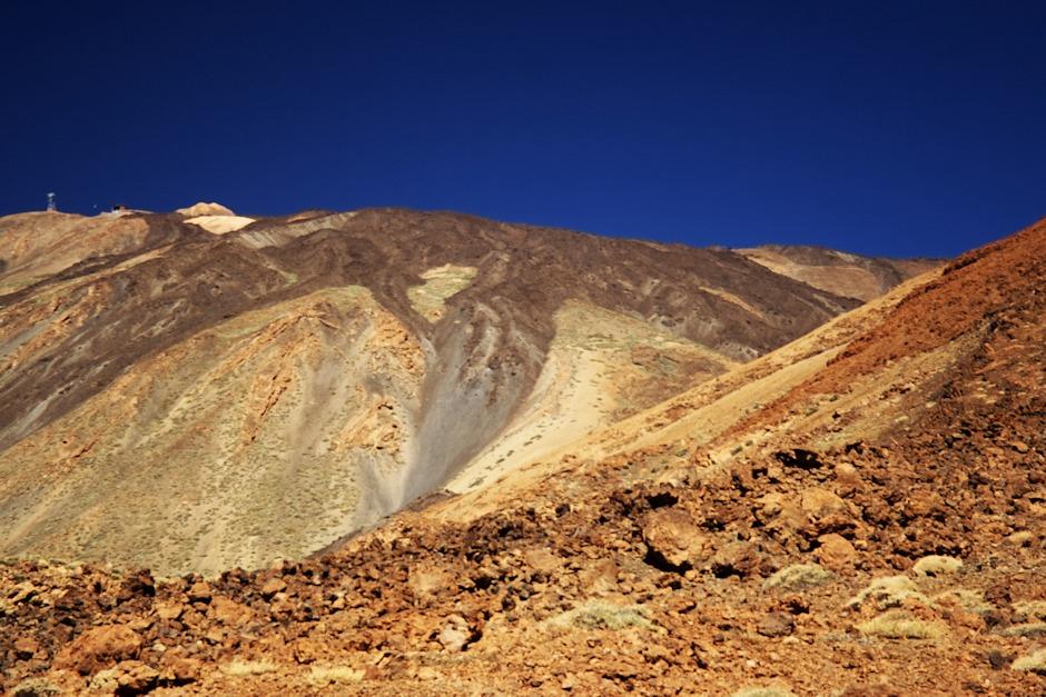 Teide od úpatí Montaňy Blanca. V pravé části snímku je na předělu mezi lávovým proudem a světlejším pásem starší horniny částečně vidět chata Altavista, viz další snímek. Zajímavé, jak to odsud vypadá, jako by se od chaty na vrcholek šlo prakticky po rovině...