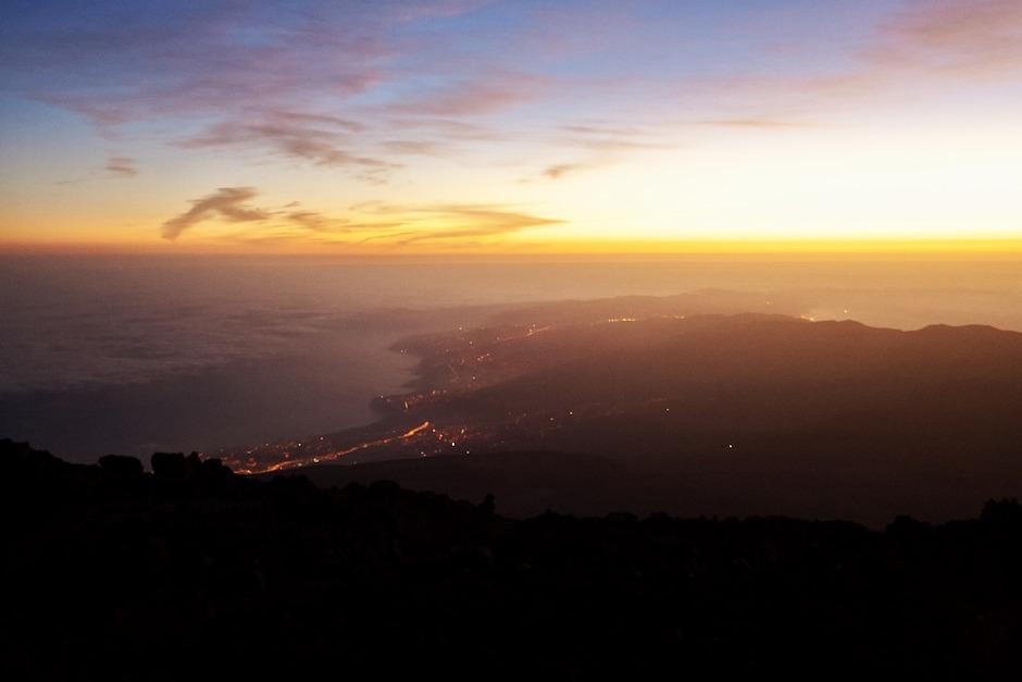 Výhled na severní cíp a severní pobřeží ostrova z výšky zhruba tří a půl tisíců metrů nad mořem. Světelná linie vlevo je pravděpodobně severní dálnice v oblasti La Orotava a Puerto de la Cruz.