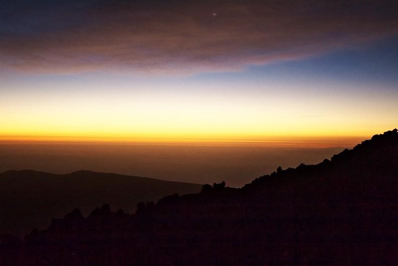 Východní obzor je stále světlejší. Už je nám víceméně jasné, že úsvit přímo na vrcholku nestihneme. Je nám to už celkem jedno...