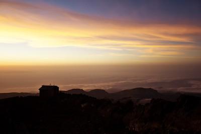 Teď už do východu slunce zbývají spíš vteřiny...na vrcholek už slunce svítí
