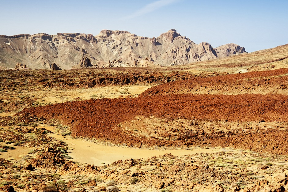 Fonolitické lávové proudy v kaldeře Caňadas. V pozadí opět El Sombrero.