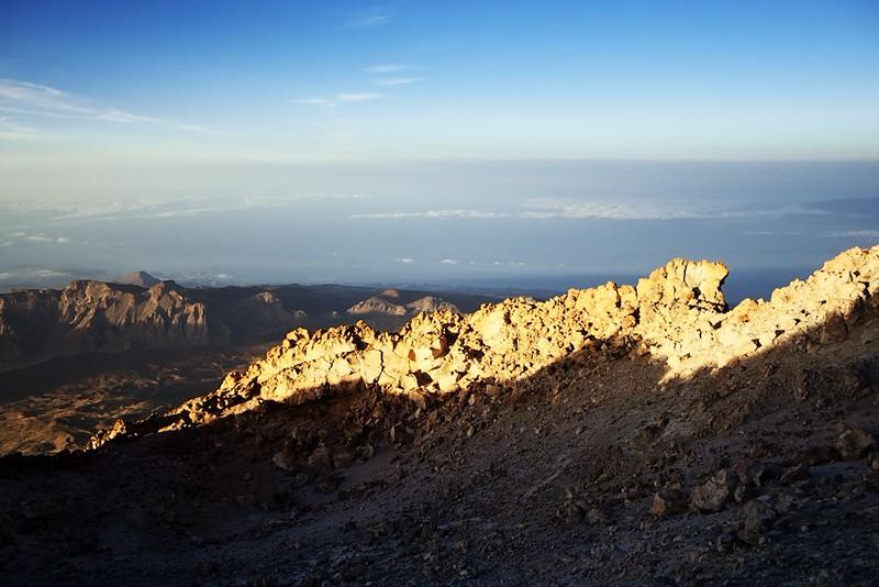 Kráter Teide a pohled na západ. Vpravo je vidět kousek ostrova La Gomera.