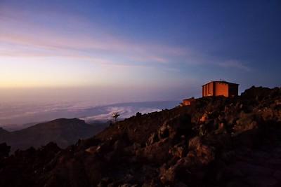 Konečně se před námi objevuje horní stanice lanovky, která současně značí, že jsme po chvilce cesty takřka po rovině a dokonce krátce i z kopce před začátkem finálního výstupu na vrchol. Jsme ve výšce 3550 metrů nad mořem.