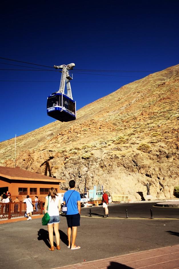 Zpátky ve dvou tisících metrech. Návrat mezi turisty je neuvěřitelně bizarní - vystupujeme z lanovky nabalení vším, co jsme měli po ruce, a zmrzlí na kost, a do lanovky směrem nahoru nastupují lidé v žabkách a kraťasech. Upřímně by mě zajímalo, jak se nahoře v těch zhruba deseti stupních, které u horní stanice mohly být (a na vrcholku bylo ještě chladněji a především ledový vichr), tvářili.