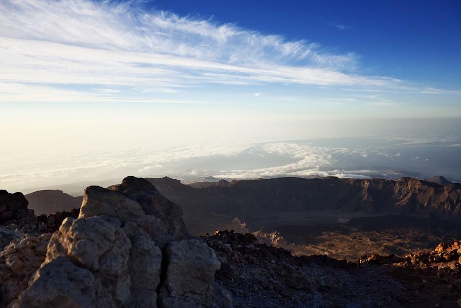 Pohled směrem na jih. Na pobřeží je, pokud se nepletu, vidět Montaňa Roja vedle letiště Tenerife Sur.