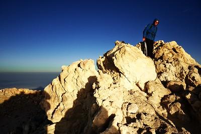 Od východu slunce nám to trvalo ještě skoro půl hodiny a dalo to zabrat, ale konečně jsme na vrcholku. Odkud už někteří mezitím slézají. Vzhledem k překrásné vůni shnilých vajec z okolních sopouchů a ledovému vichru, ve kterém se skoro nedá stát, se jim moc nedivíme.