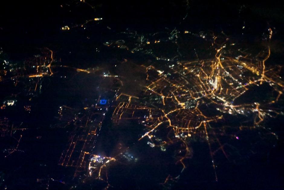 Rakousko, Salzburg. Modře osvětlený čtverec je stadión.