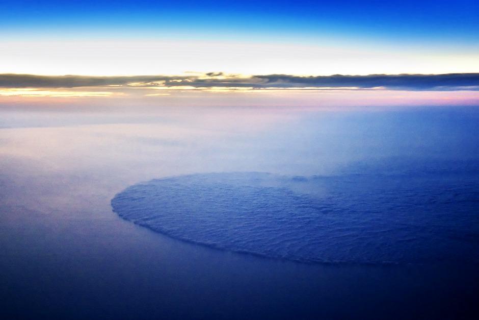 Pozoruhodná oblačná fronta kousek od portugalského pobřeží. Kdyby mi někdo řekl, jak takovýhle pravidelný tvar vznikne, nezlobil bych se.