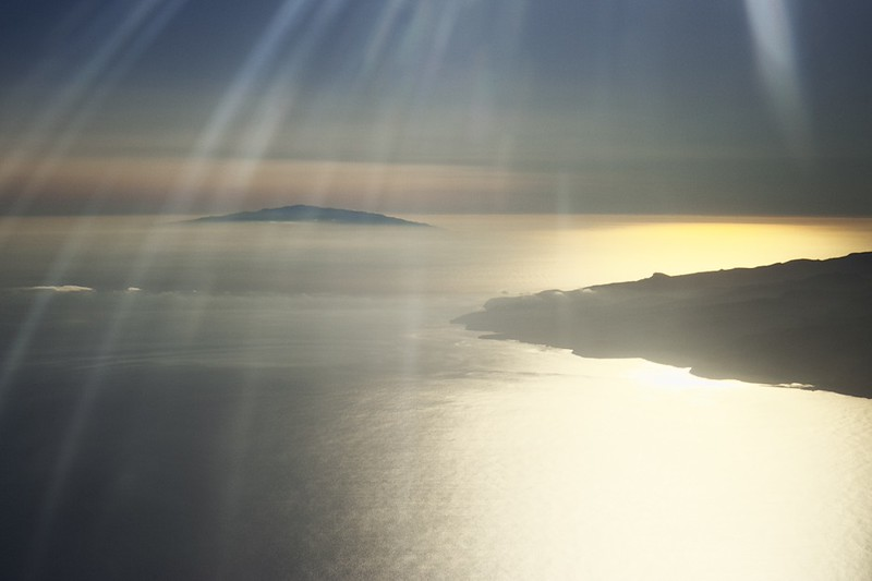 Pobřeží La Gomery a v pozadí ostrov El Hierro