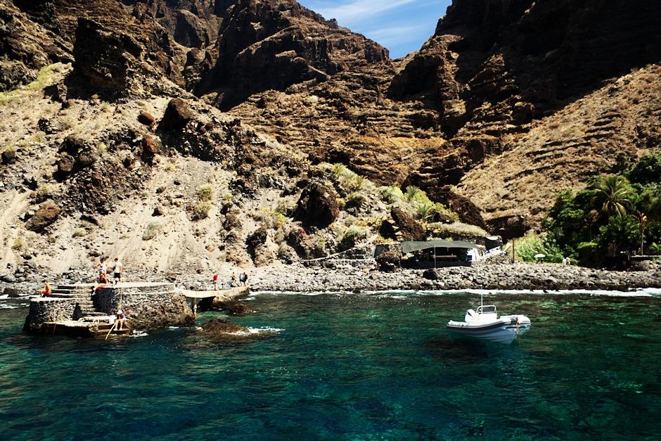 Zátoka Masca. Sem dorazíte, pokud se vydáte pěšky z vesnice Masca roklí k pobřeží. Je tu hezká (byť kamenitá) pláž a ve vodě spousta ryb. My jsme tu asi na půl hodiny zakotvili, vykoupali se (na lodi půjčovali potápěčské masky a šnorchly), poobědvali a poté nabrali skupinu turistů, kteří zmíněný pochod roklí absolvovali a vraceli se do Puerta di Santiago.